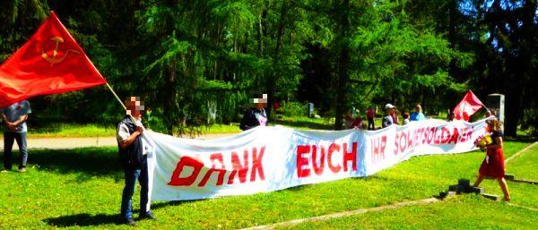 Bild vom 9. Mai am Südfriedhof - День Победы - Das Transparent: Dank euch ihr Sowjetsoldaten!