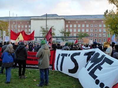 Schlusskundgebung der Demo Fluchtursachen bekämpfen vor dem BAMF