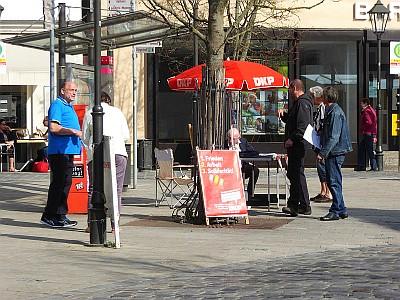 Infostand der DKP Kreis Nürnberger Land am Marktplatz in Lauf