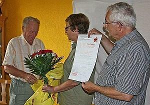 Bild: Erich Schreier bei der Verabschiedung aus dem Bezirksvorstand Nordbayern der DKP