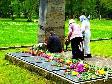 Besucher am Friedhof - Dank euch ihr Sowjetsoldaten