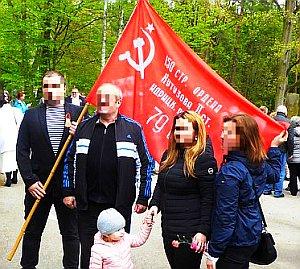 """Bild: Dank euch ihr Sowjetsoldaten - Russische Besucher mit einer Kopie der berühmten Fahne der 150. Schützen-Division """"Idriza"""", die Fahne die auf dem Reichstag am Tag der Befreiung gehisst wurde!"""