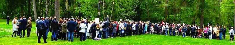 """Besucher am Friedhof """"Dank euch ihr Sowjetsoldaten"""""""