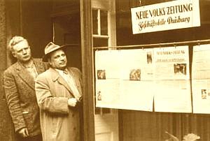 """Bild: Erich Schreier 1956 am Eingang zum Büro der """"Neuen Volkszeitung"""" in Duisburg. (Eine Lokalzeitung der KPD)"""