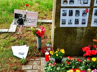 Bild: KKE und DKP gemeinsam am Tag der Befreiung am Südfriedhof.